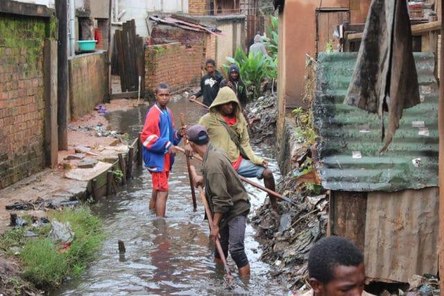 Opération de curage dans les bas-quartiers de Tana