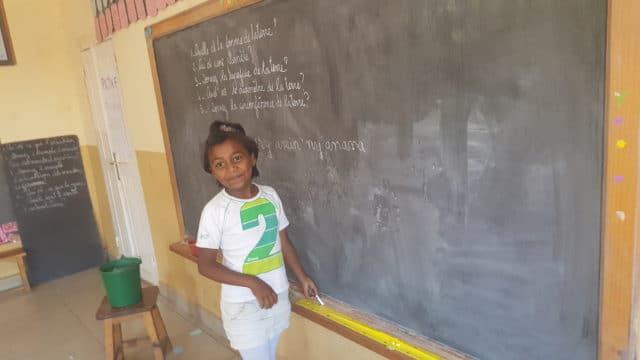 Une élève de l'école associative L'île aux enfants
