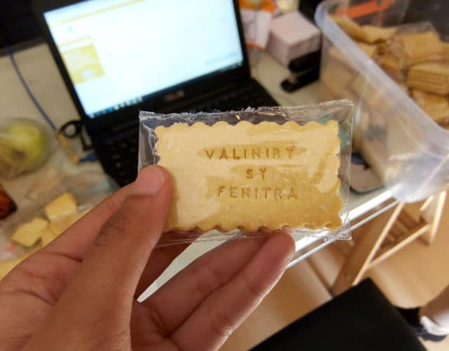 Des biscuits souvenirs de mariage réalisés par Écris moi un biscuit