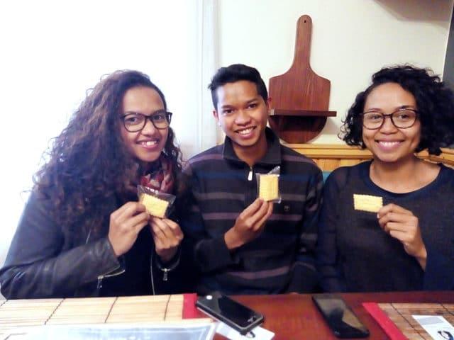 De gauche à droite, Rindra, Mamy et Salohy, les gais lurons d'Écris-moi un biscuit