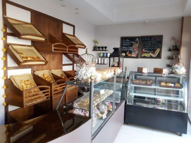 La boulangerie à droite de l'entrée