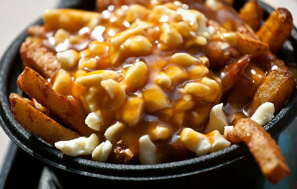 Oulalaaa...regardez-moi ça, de la poutine québécoise : frites, cheddar et sauce brune :) miaaaam