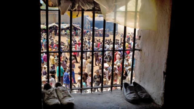À travers une fenêtre de prison à Antanimora