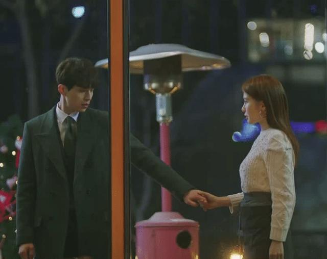 """La scène typique du """"ne t'en vas pas"""" dans """"Goblin the Lonely and Great God"""" (2016): le couple secondaire Lee Dong Hyuk et Yoo In Na"""