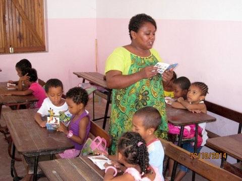 Boky Namako lu dans les écoles