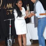 La représentante de la lauréate, Ihamina Masindrazana recevant le prix de sa sœur
