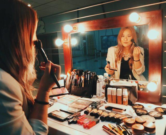 Carleen, devant son miroir, en train de se maquiller