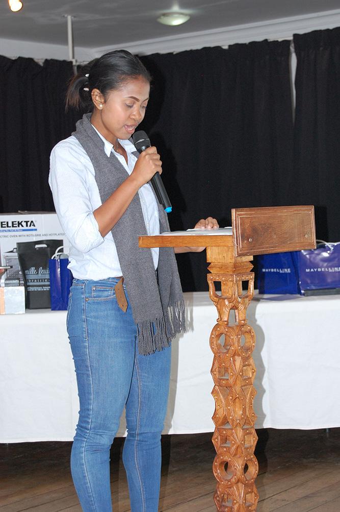 Sitraka, lisant le texte de la lauréate: Six Sept