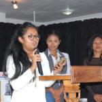 La représentante de la lauréate lisant les mots que sa sœur lui a demandé de lire à sa place