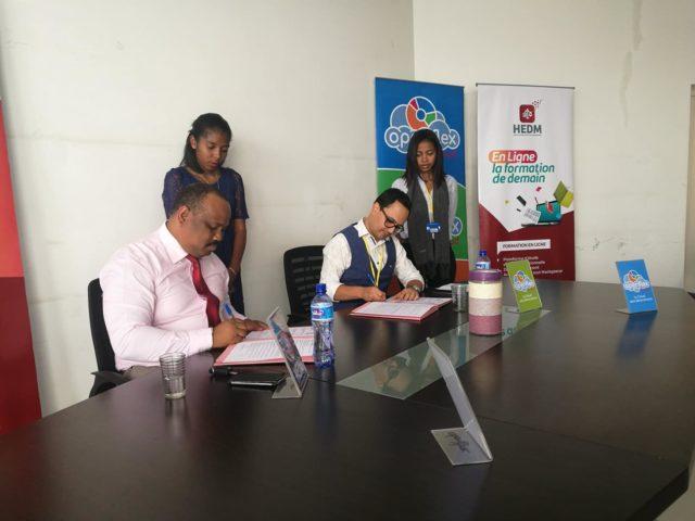 Mr Tsohara Sarobidy, DG d'HEDM et Simon Lee, gérant d'Openflex, lors de l'officialisation du partenariat entre les deux entités