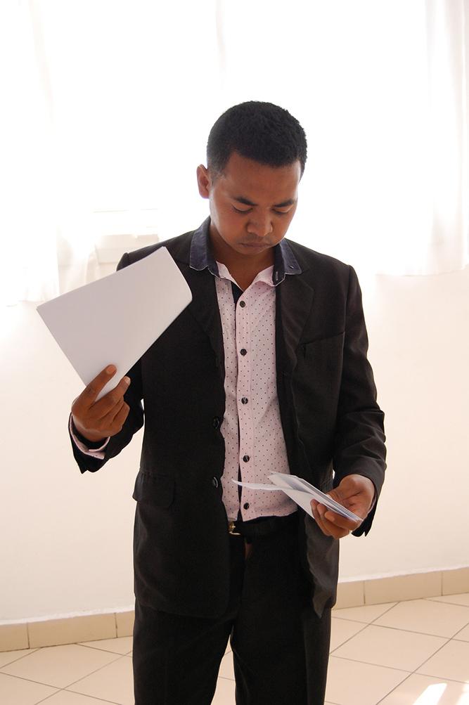Le représentant de Maître Alain Rakotonirina, huissier de justice, vérifiant les enveloppes contenant le nom des gagnants
