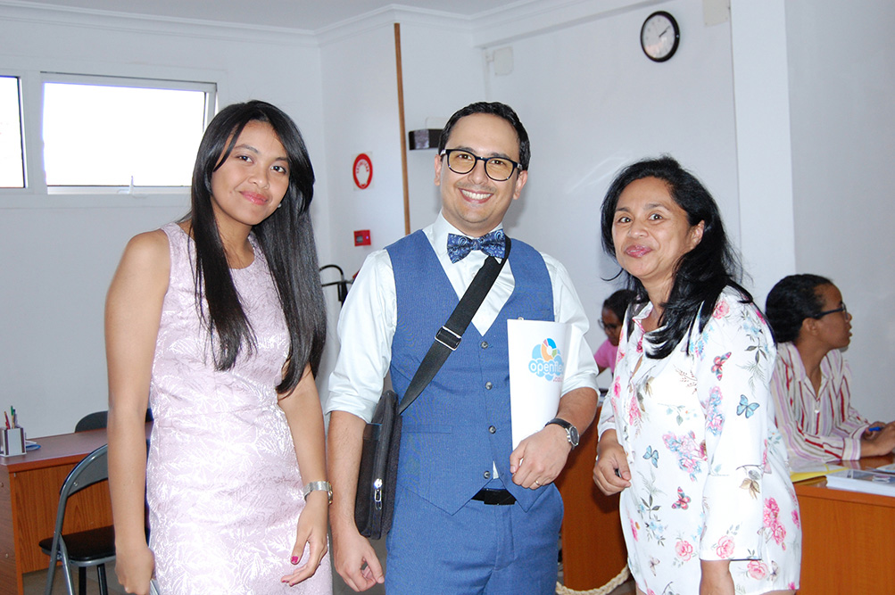 Meva et Simon en compagnie de Voahirana Ramalanjaona, gérante de la librairie Mille Feuilles. En bonus : Fabiola !
