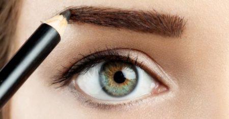 Tracez vos sourcils à l'aide de votre crayon