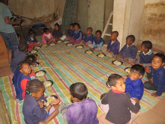 Aujourd'hui, le centre accueille plus d'une cinquantaine d'enfants. Sur cette photo, les tous petits à l'heure du déjeuner