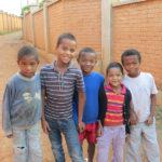 Les garçons du centre posant joyeusement pour la photo