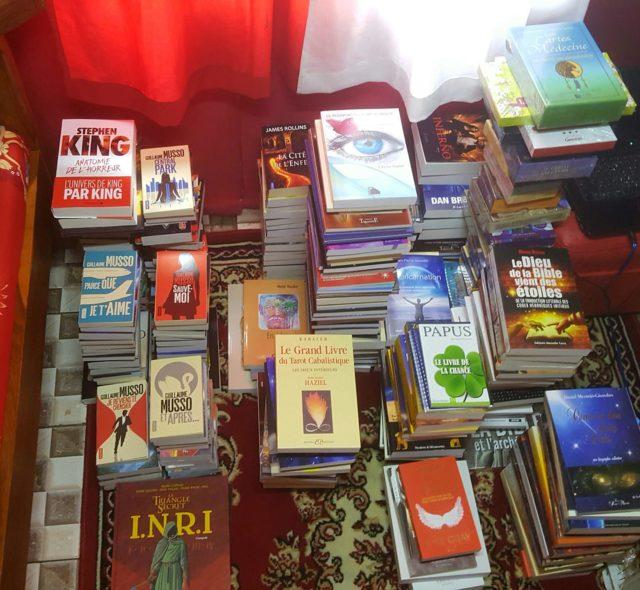 Outre les quelques milliers de livres aux murs d'Ankoay, voici un petit aperçu de ceux qui attendent dans un coin
