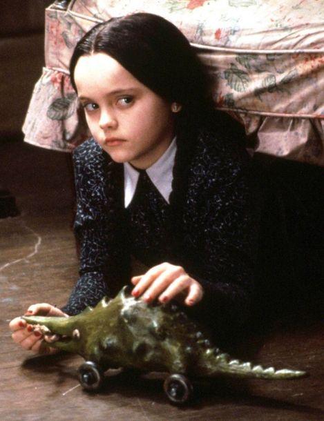Qui a dit qu'il fallait sourire pour être attachante? Certainement pas Mercredi Addams!