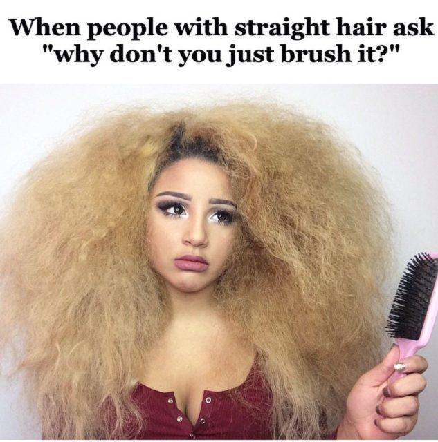 Voilà le résultat quand une fille aux cheveux bouclés se brosse les cheveux