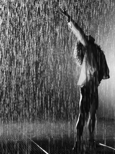 La pluie ne fait pas fuir celle qui garde ses cheveux au naturel