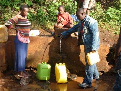 À défaut d'eau courante, on se rabat sur les fontaines publiques