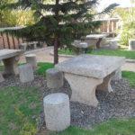 Les tables et tabourets en pierre sont du plus bel effet dans le jardin