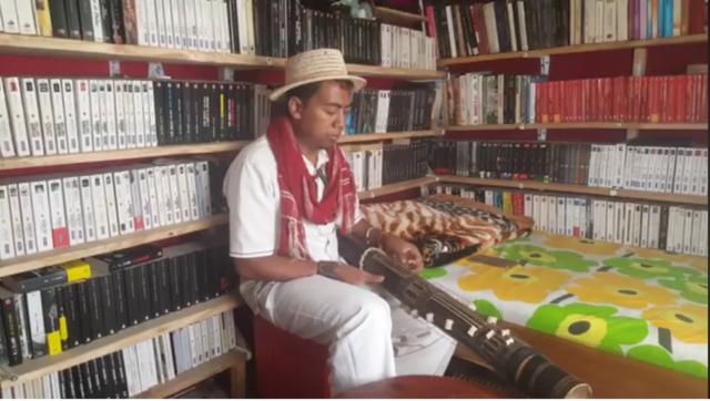 Ankoay et son valiha, un instrument de musique typiquement malgache