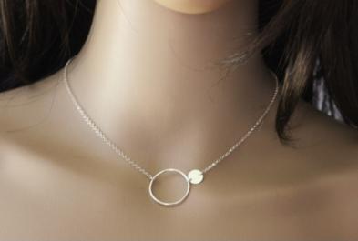 Pour une jeune femme entre 20 à 30 ans, Valenteens propose entre autres, ce collier ras du cou anneau et médaille argent massif de 54 €