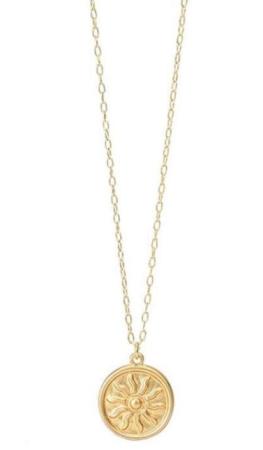 Ce collier médaille plaqué or est un incontournable de la collection 2019 d'Atelier Bijoux