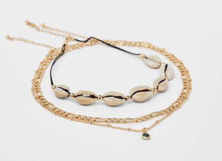 Un exemple de bijoux femme fantaisie de la marque Bershka: un collier choker coquillage et chaîne