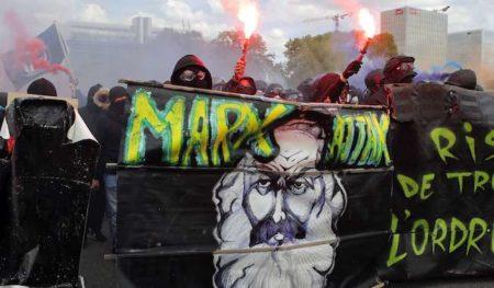 Dans certaines de leurs banderoles, les black blocs font référence à l'anarchisme et à la culture populaire