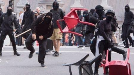 Les membres d'un black bloc sont toujours vêtus de noir, avec des lunettes et un sac à dos