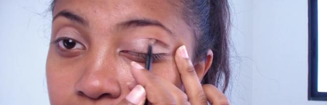 Ensuite, ajoutez un fard plus clair sur le coin externe de votre oeil