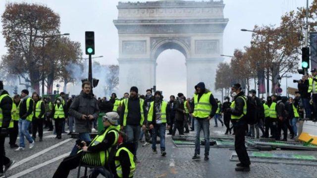 Pour se rapprocher de l'éxecutif, les manifestants se rendent sur les Champs-Élysées
