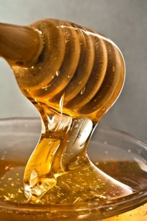 Pour un gommage visage naturel réussi, optez pour tous les bienfaits du miel pour notre peau