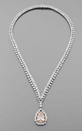 Sur la photo, le collier de rivière de diamants spécialement conçu par l'actrice Elisabeth Taylor