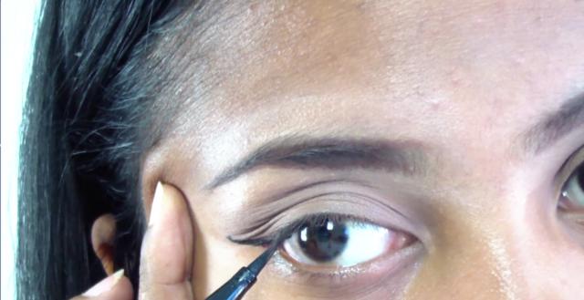 Il faut un peu d'entraînement pour tracer son eye-liner sans le rater xD