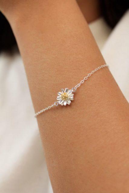 Qui n'a jamais été séduit par le charme du bracelet chaîne et de ces maillons?