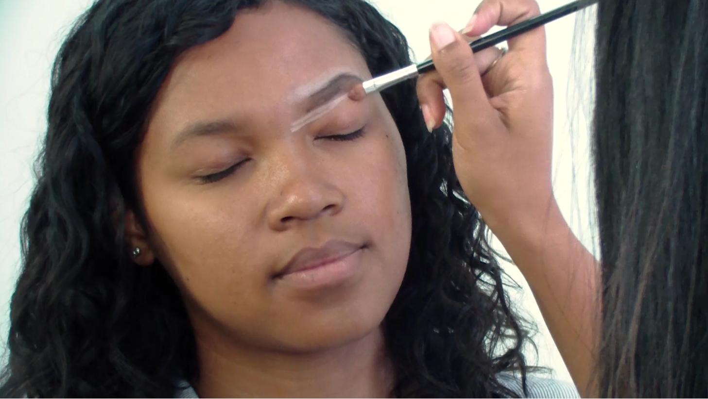Pour commencer votre relooking total maquillage, il vous faut commencer (comme toujours) par les sourcils!