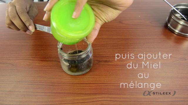 Ensuite, ajoutez-y votre miel et appliquez le mélange sur votre visageEnsuite, ajoutez-y votre miel et appliquez le mélange sur votre visage