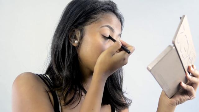 Appliquez bien votre fard sur votre paupière en estompant correctement