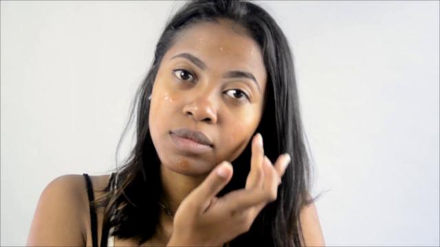 Appliquez une base maquillage sur votre peau pour sublimer votre rendu et le faire durer