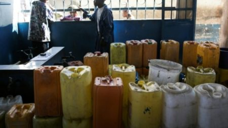 """Les """"mpatsaka rano"""" doivent faire la queue tôt le matin pour respecter les horaires d'ouverture des fontaines à eau"""