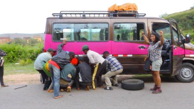 Solidarité pour réparer une panne en cours de route