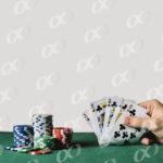 Des cartes et des jetons sur une table de casino