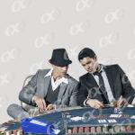 Deux hommes sur un table de poker