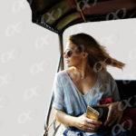 Femme en véhicule de vacances