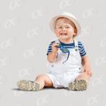 Un bébé en tenue de vacances