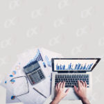 Un comptable sur son ordinateur portable et ses papiers