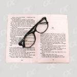 Un livre ouvert et des lunettes