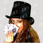 Une femme avec des cartes a la main